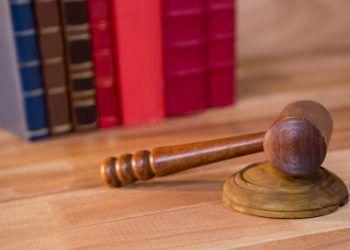 primer-plano-de-mazo-de-los-jueces_1252-733